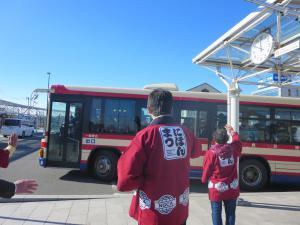候補生の乗ったバスの見送り