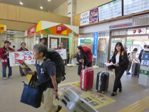 ぞくぞくと二本松駅に到着する訓練生
