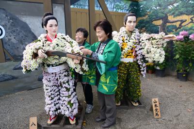 「菊人形」部門最優秀賞 菊の衣装を着せる