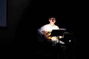 地球のステージでの桑山紀彦さんの写真