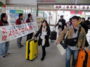 二本松駅に到着したみなさんの写真
