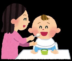 赤ちゃんに離乳食を食べさせるお母さん