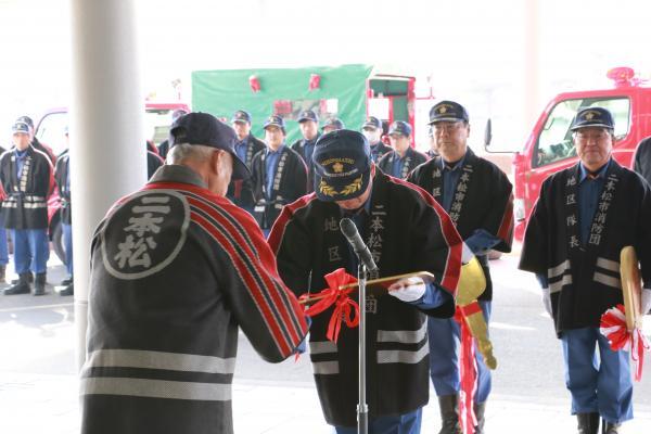 ポンプ車引き渡し式(団長から団員へ贈呈)