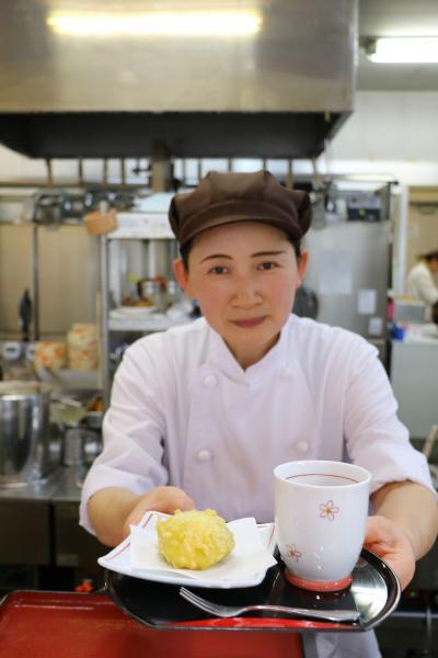 天ぷらあわまんじゅうとスタッフ