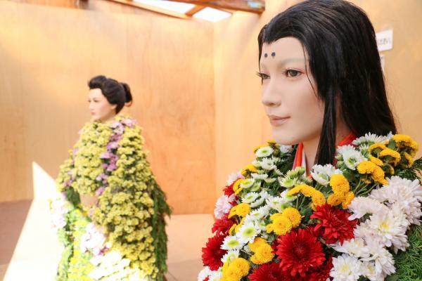 菊の付けられた人形