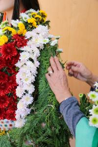 菊師の菊付け作業