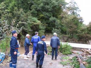 台風19号根本代議士視察:上長折鈴木内地内移川の氾濫状況視察
