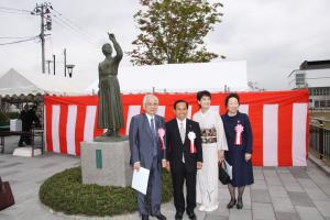 二本松駅前広場モニュメント「ほんとうの空」除幕式での橋本先生(H21年10月)