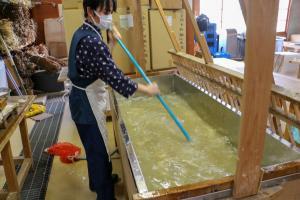 和紙伝承館_楮の繊維とねりを水に入れる