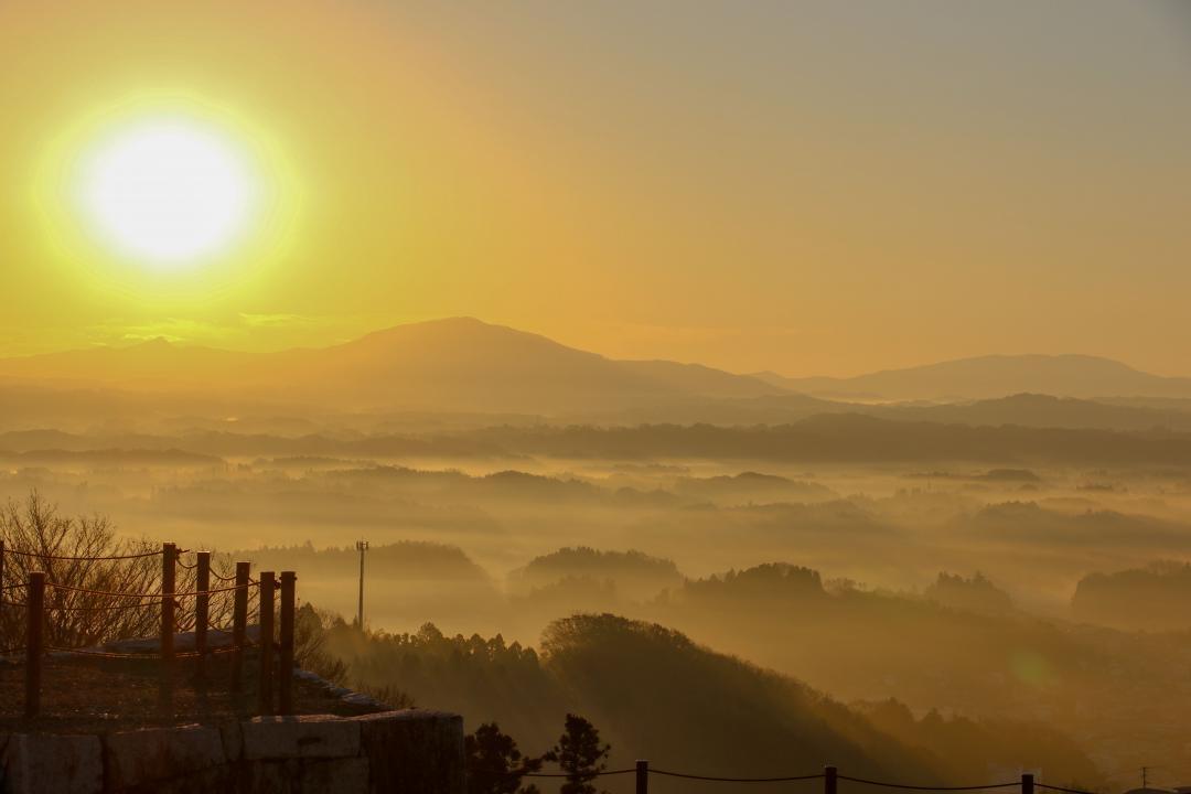 朝日の霧の霞ヶ城